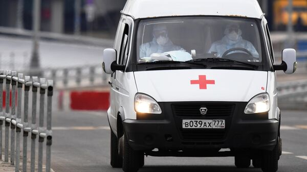 Машина скорой медицинской помощи возле больницы в Коммунарке