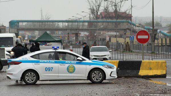 Полицейский автомобиль на блокпосте при въезде в Алма-Ату