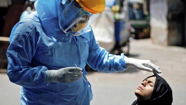 Тестирование на коронавирус в жилом районе в Ахмадабаде, Индия