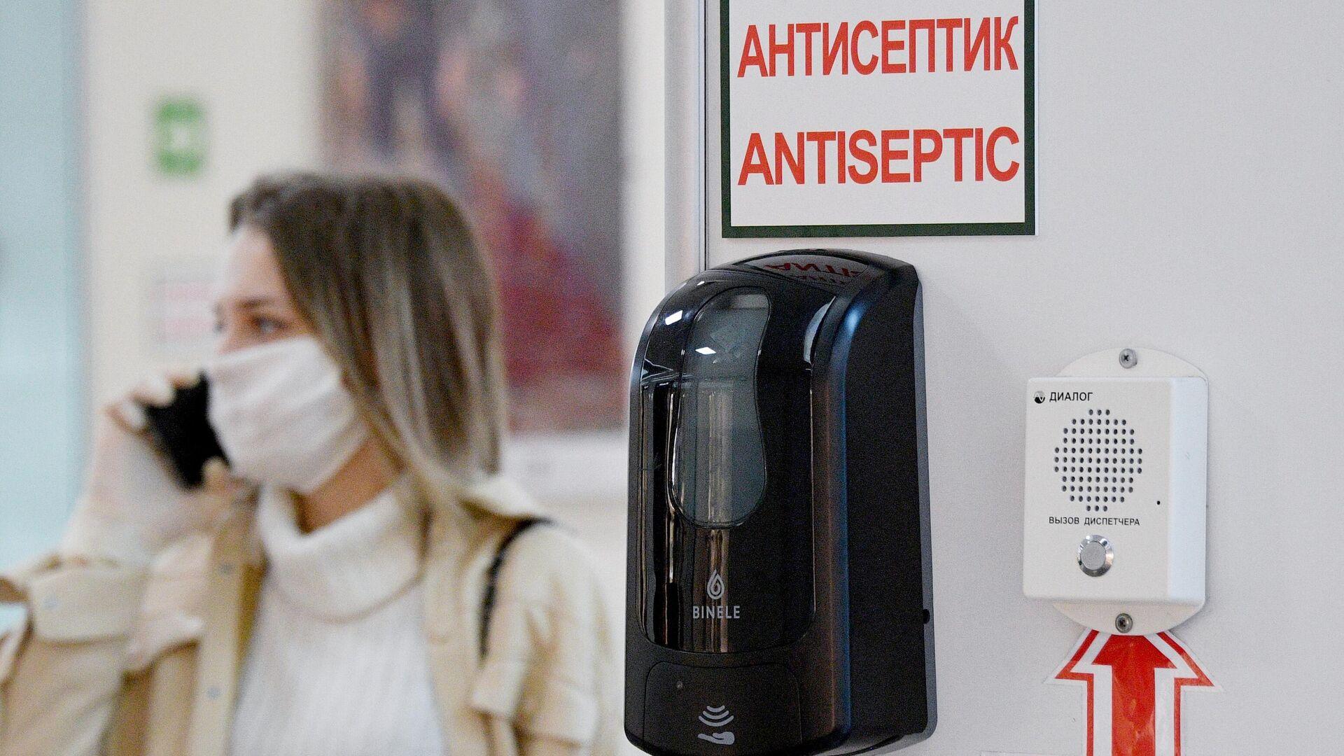 Антисептик на стене торгового центра в Минске. По состоянию на 6 апреля, в Белоруссии зарегистрировано 700 случаев инфицирования COVID-19 - РИА Новости, 1920, 25.03.2021