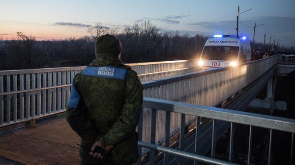 Машина скорой помощи на контрольно-пропускном пункте Станица Луганская