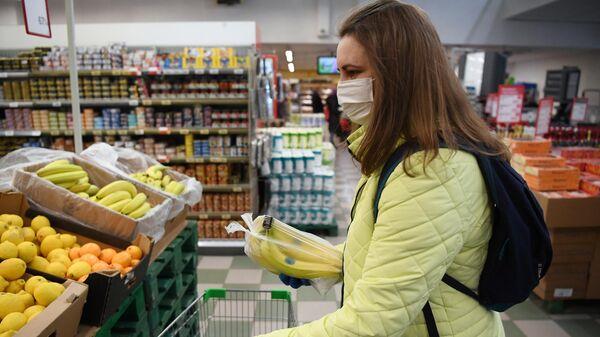 Социальный работник закупает товары для продуктовых наборов