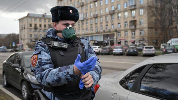 Сотрудник Росгвардии во время работы на улице Куусинена в Москве в период самоизоляции, введенной из-за распространения коронавирусной инфекции