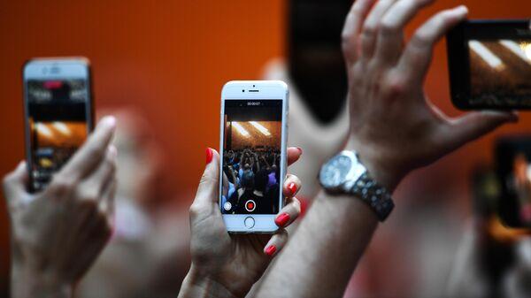 Посетители снимают концерт на мобильны телефоны
