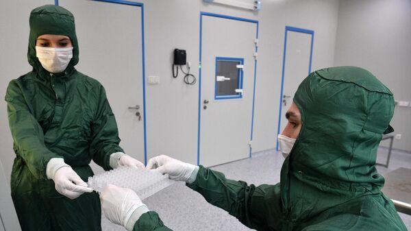Сотрудники в лаборатории по производству реагентов для экспресс-тестов на коронавирус в технопарке Сколково