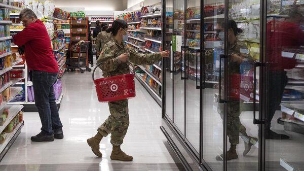 Военнослужащая в супермаркете Нью-Йорка