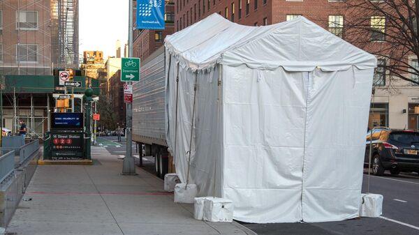 Рефрижератор возле клиники Lenox Hill на Манхеттене в Нью-Йорке