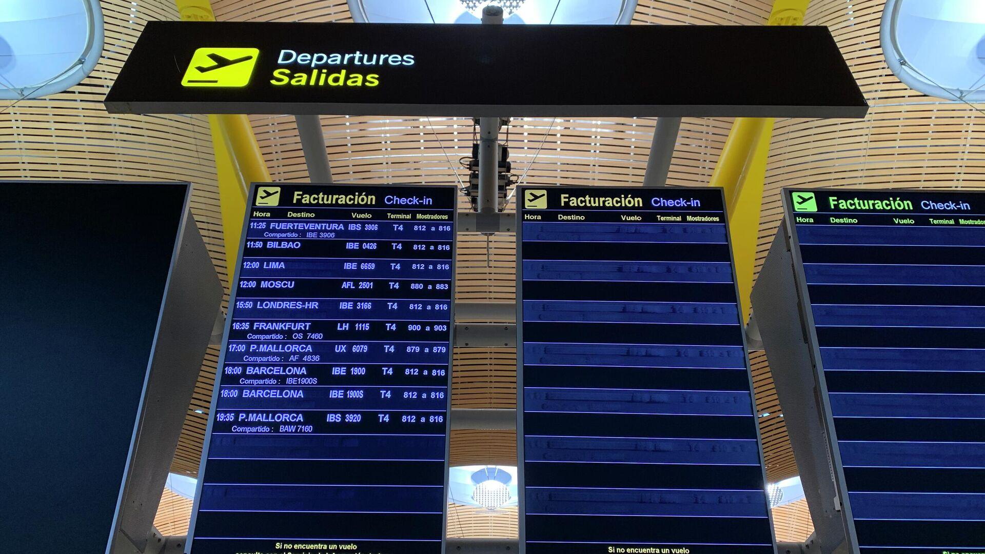 Первый за две недели самолет из Испании в Россию на табло вылетов в аэропорту Мадрида - РИА Новости, 1920, 02.10.2020