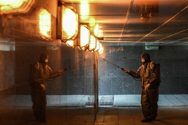Дезинфекционная обработка подземного пешеходного перехода на Калужской площади в Москве