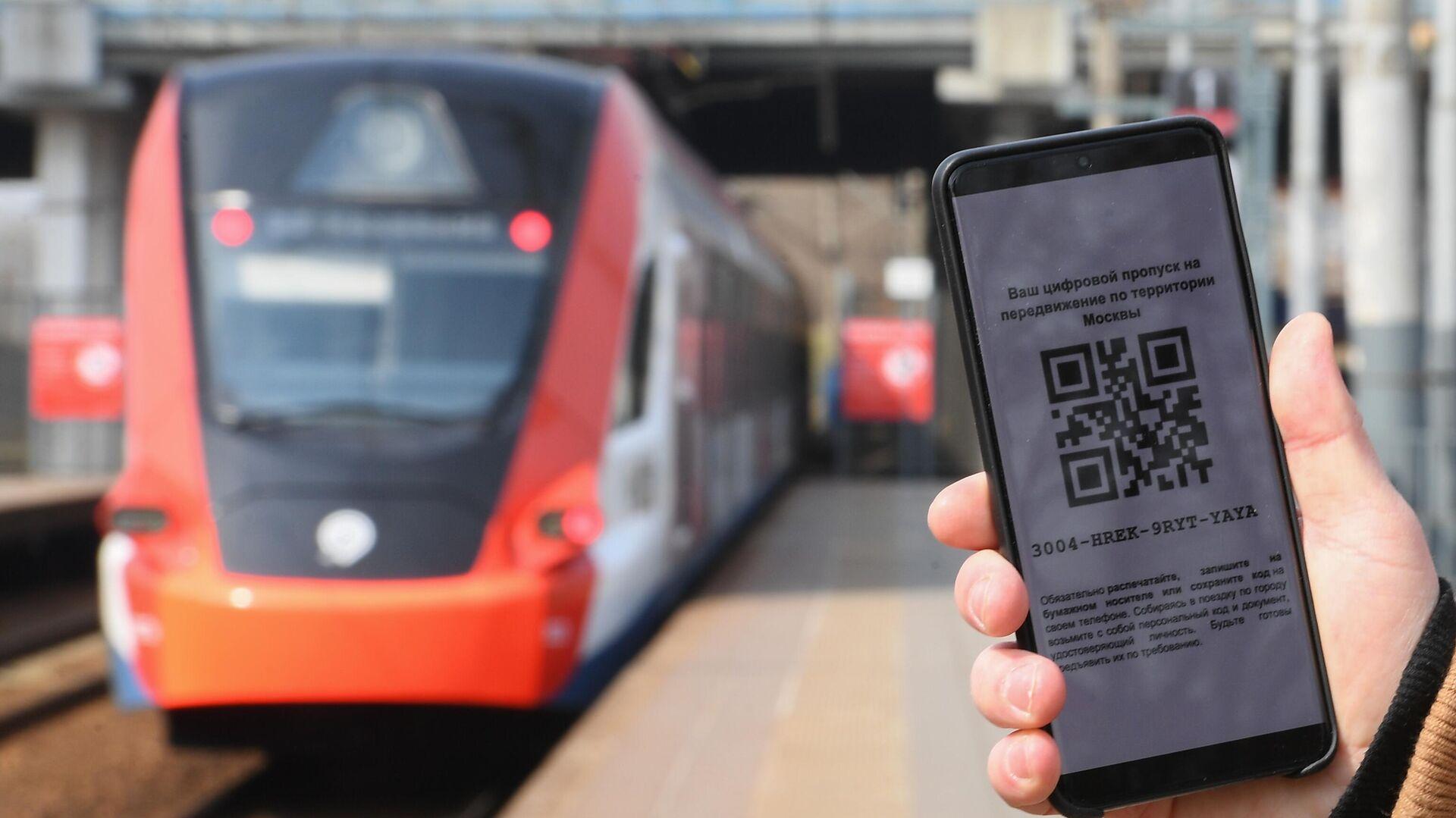 Житель Москвы демонстрирует цифровой пропуск для передвижения по городу - РИА Новости, 1920, 12.06.2021