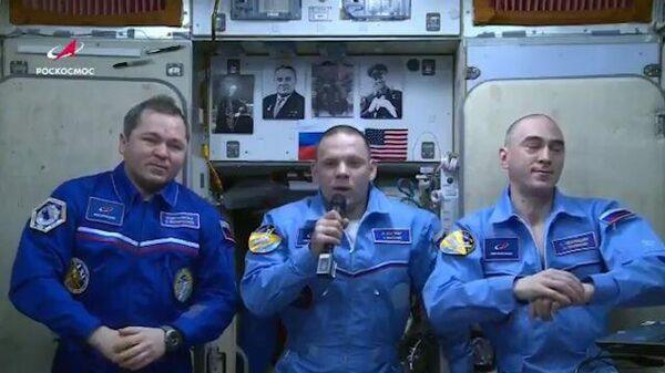 Космонавты с борта МКС призвали россиян не выходить из дома