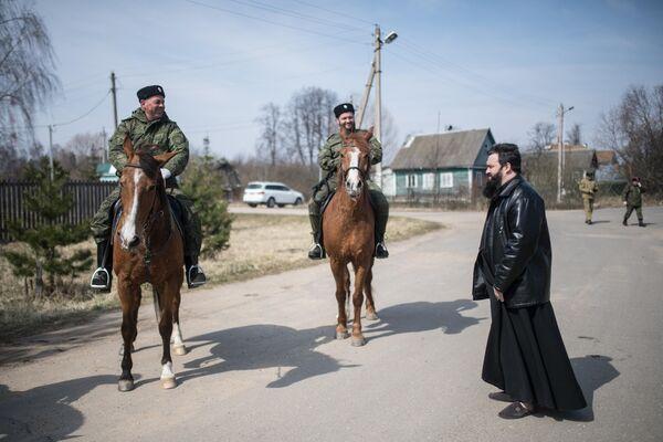 Казаки патрулируют улицы Рузы во время режима самоизоляции в Московской области