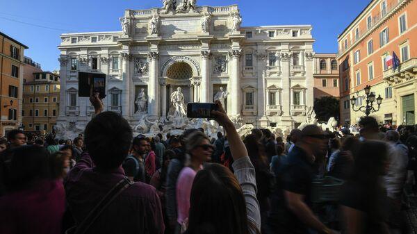 Туристы у фонтана Треви в Риме