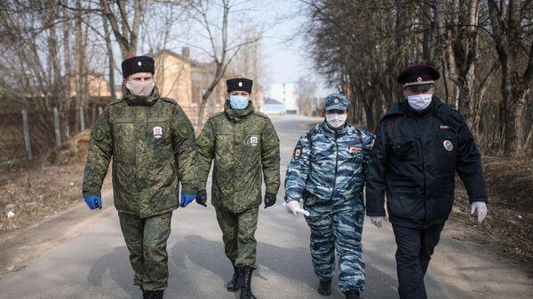 Сотрудники полиции и казаки патрулируют улицы Рузы