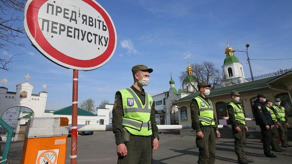 Сотрудники полиции и Национальной гвардии у входа в Киево-Печерскую лавру