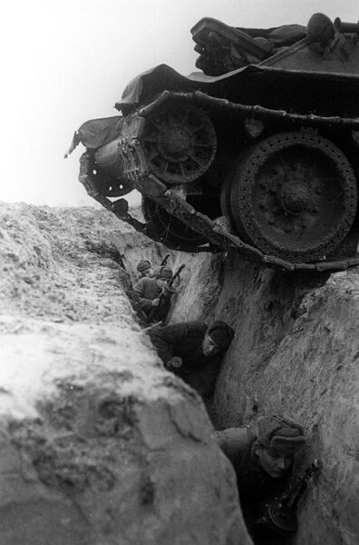 Танк переходит окоп с солдатами