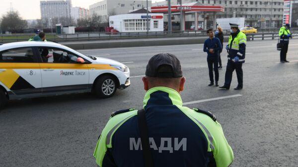 Сотрудники дорожно-патрульной службы ГИБДД и сотрудник Московской административной дорожной инспекции