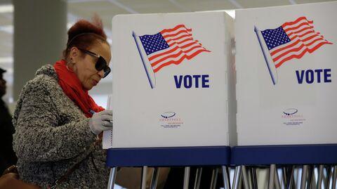 Избирательница на участке для предварительного голосования по отбору кандидатов на президентских выборах в США