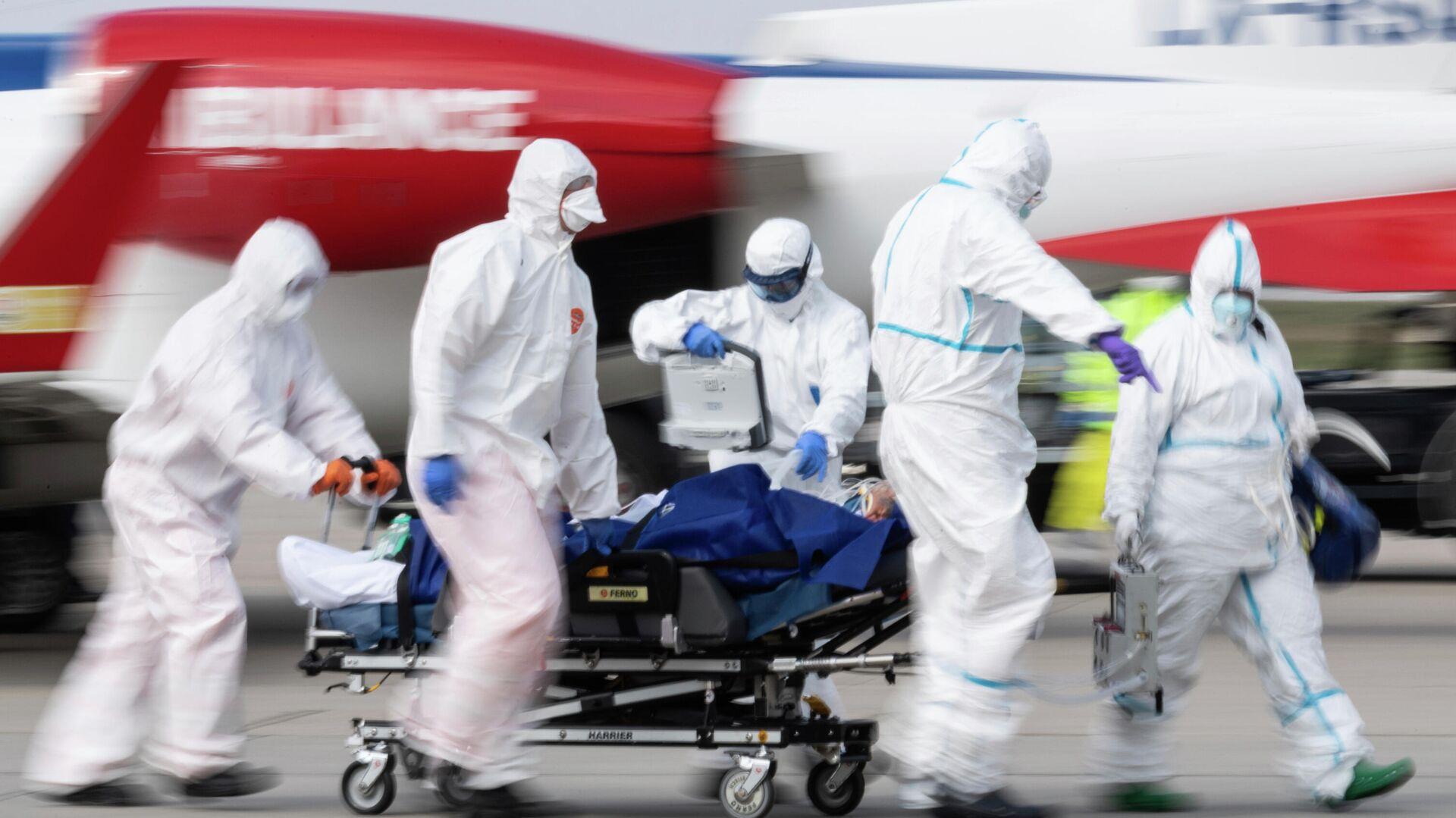 Медицинские работники везут пациента с коронавирусной инфекцией в Дрездене, Германия - РИА Новости, 1920, 16.11.2020