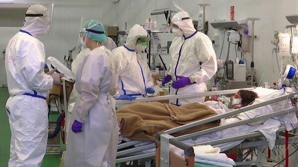 Российские военные врачи и их итальянские коллеги в полевом госпитале Бергамо. Стоп-кадр видео