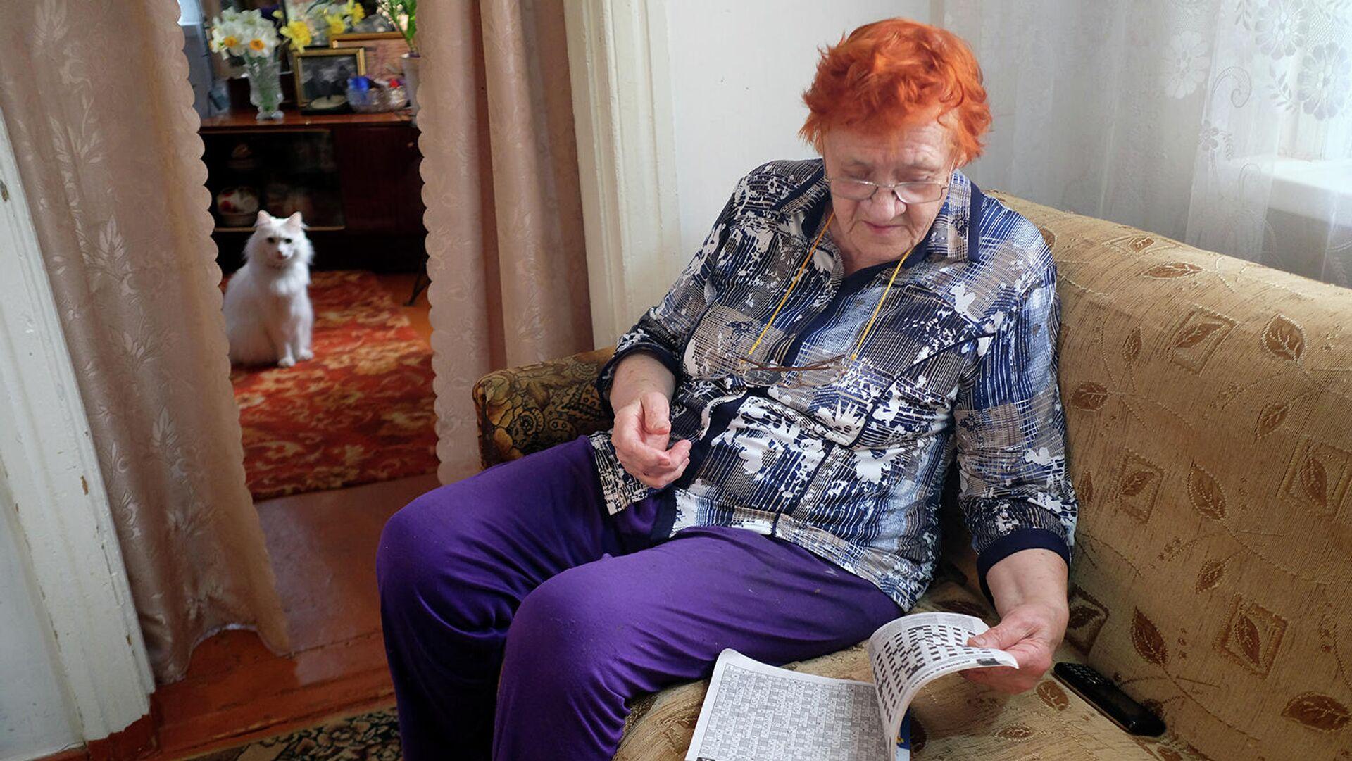 Пожилая женщина у себя дома во время самоизоляции в связи с эпидемией коронавируса - РИА Новости, 1920, 21.10.2020