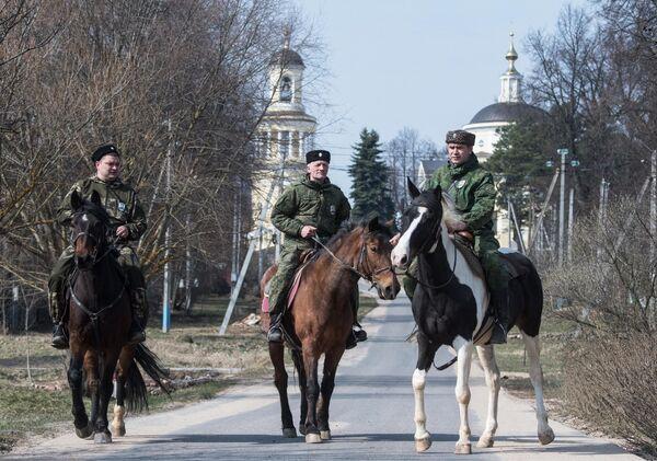Члены станичного казачьего общества Рузского района патрулируют улицы Рузы во время режима самоизоляции в Московской области
