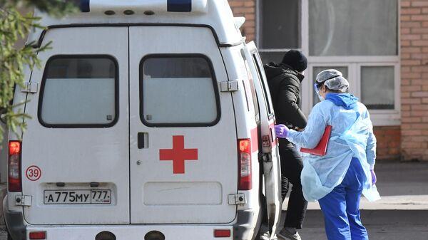Автомобиль скорой помощи у здания ФМБА в Химках