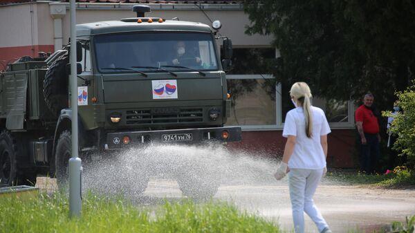 Российские военные специалисты обрабатывают улицы города Ниш в Сербии во время эпидемии коронавируса nCoV-2019