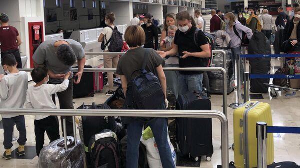 Российские туристы перед посадкой на рейс 2142 Анталья – Москва авиакомпании Аэрофлот в аэропорту Анталия в Турции
