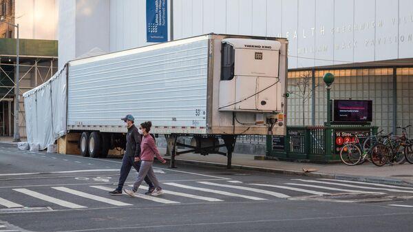 Мобильный морг возле клиники Lenox Hill на Манхеттене в Нью-Йорке