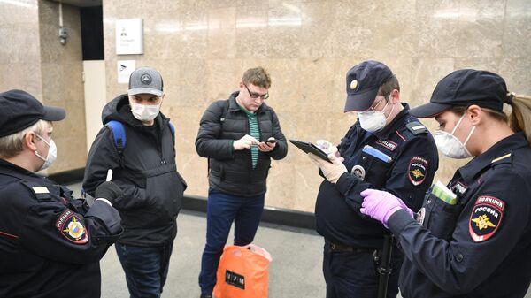 Сотрудники полиции и пассажиры Московского метро
