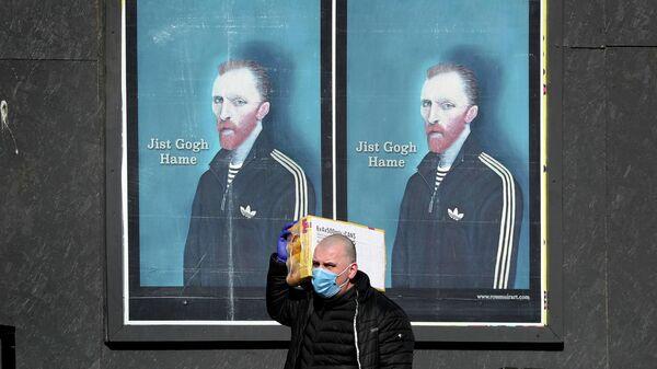 Плакат с портретом Ван Гога и надписью Просто иди домой,  призывающий соблюдать самоизоляцию в Глазго, Шотландия