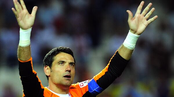 Sevilla's goalkeeper Andres Palop aknowledges applause after the Spanish league football match Sevilla FC Valencia at the Ramon Sanchez Pizjuan stadium in Sevilla, on June 1, 2013. AFP PHOTO/ CRISTINA QUICLER (Photo by CRISTINA QUICLER / AFP)