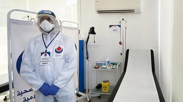 Врач в помещении переоборудованной, средствами Хезболлы, в инфекционный стационар для лечения больных с коронавирусной инфекцией COVID-19, больнице в южном Ливане