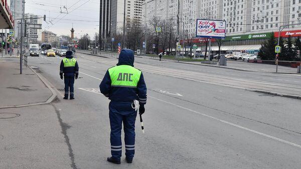Сотрудники дорожно-патрульной службы ГИБДД на улице Стромынка в Москве