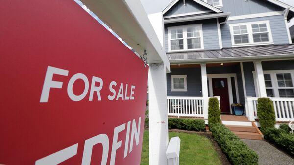Табличка с объявлением о продаже дома в Монро, штат Вашингтон