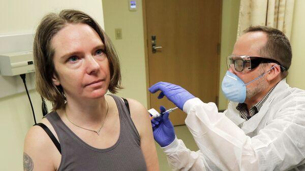 Американка Дженнифер Халлер во время испытания экспериментальной вакцины от коронавируса
