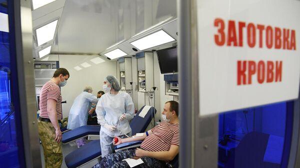 Сотрудники Управления вневедомственной охраны ГУ Росгвардии сдают кровь в мобильной московской областной станции переливания крови