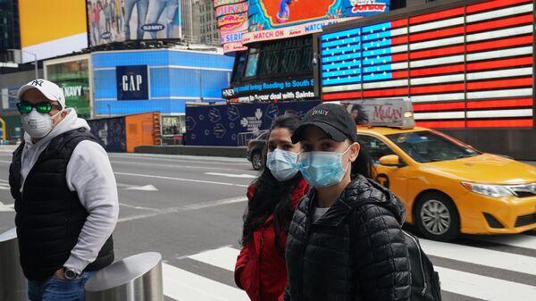 Люди в медицинских масках на улице Нью-Йорка