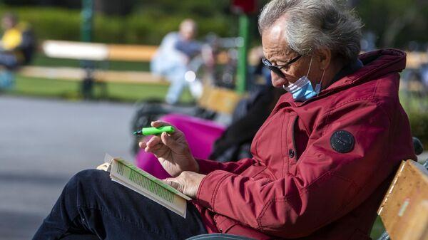 Мужчина во время отдыха в парке в Вене