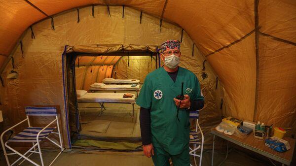 Врач в палате аэромобильного госпиталя МЧС России в Мурманской области