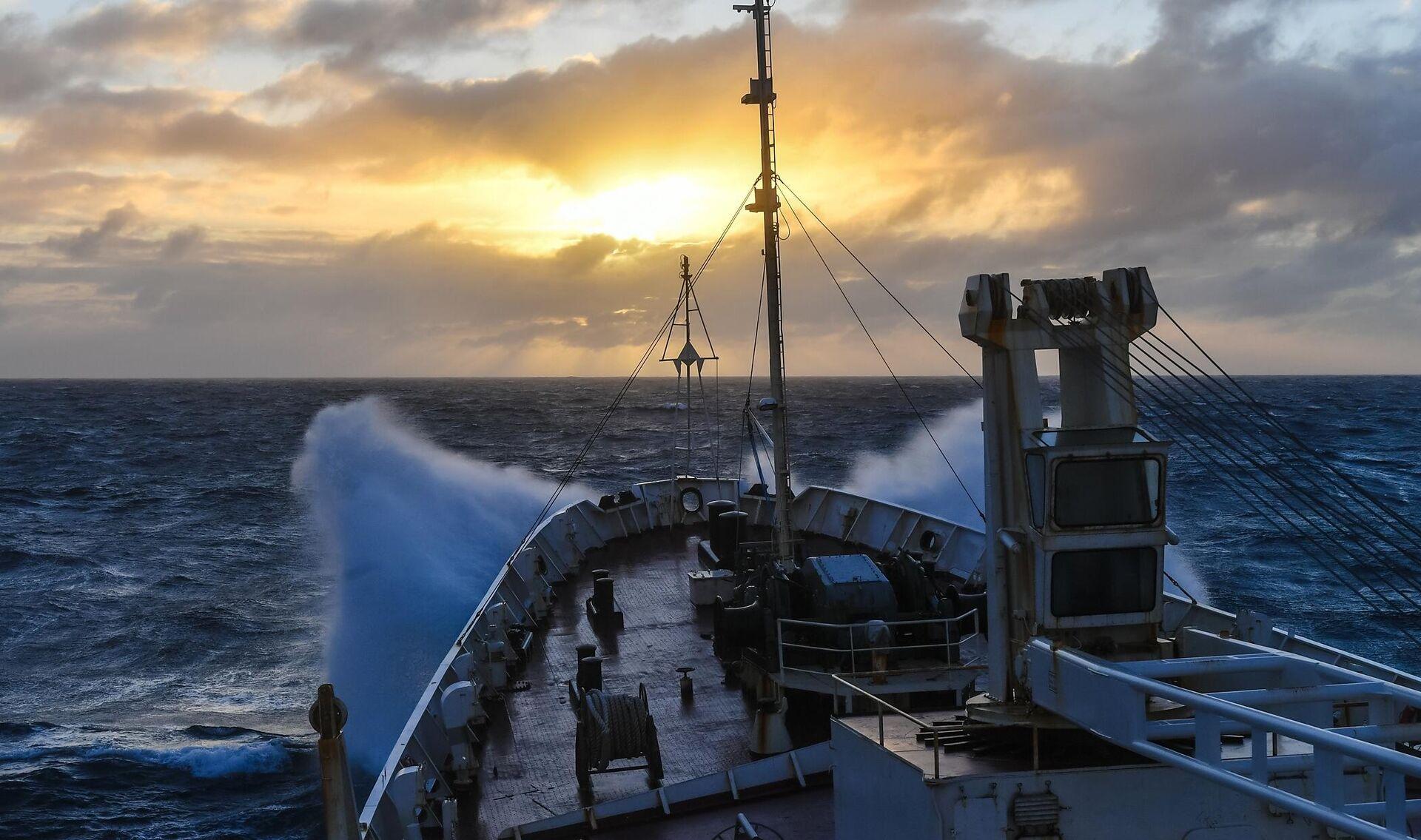 Закат солнца и шторм в Индийском океане во время кругосветной экспедиции на судне Адмирал Владимирский - РИА Новости, 1920, 17.09.2020