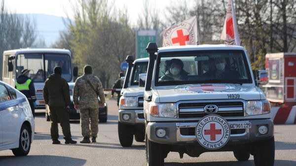 Автомобили Международного комитета Красного Креста на КПП на окраине города Горловка
