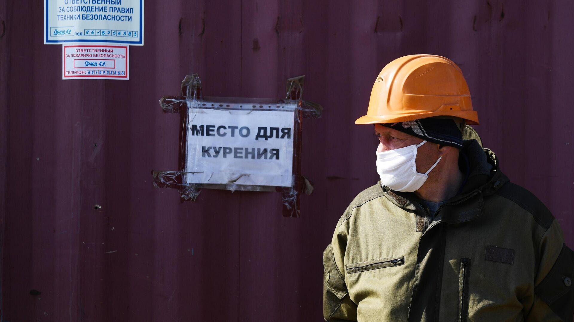 Рабочий в медицинской маске на строительстве жилого комплекса Приозерный компании Энергомонтаж в Новосибирске - РИА Новости, 1920, 19.11.2020