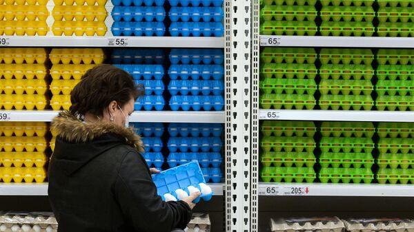 Покупатель в гипермаркете Ашан в Новосибирске