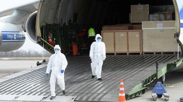 Разгрузка в казанском аэропорту транспортного самолета Ан-124 Руслан, доставившего маски и медицинское оборудование из Хайнаня