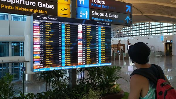 Табло с информацией о рейсах в аэропорту Денпасара, Индонезия