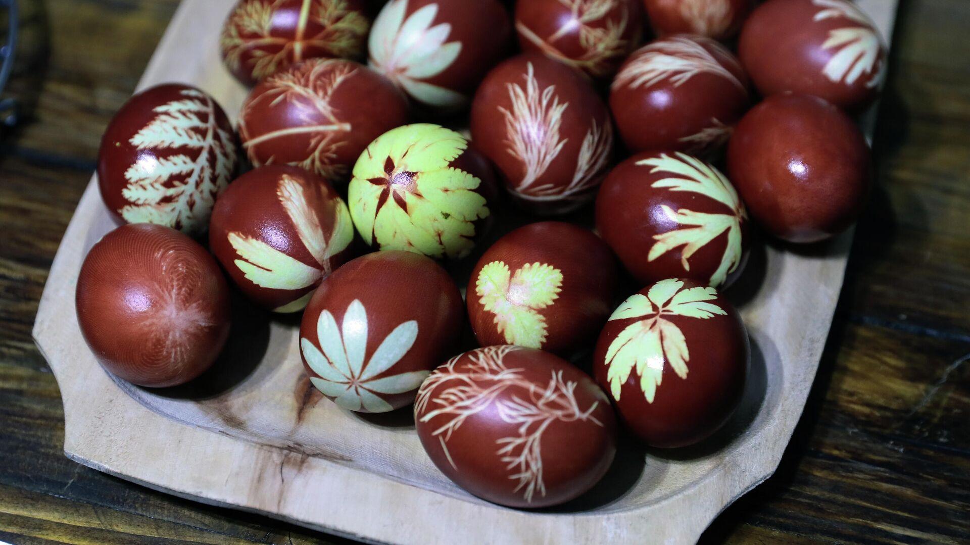 Окрашивание пасхальных яиц в Заокском районе Тульской области - РИА Новости, 1920, 01.05.2021