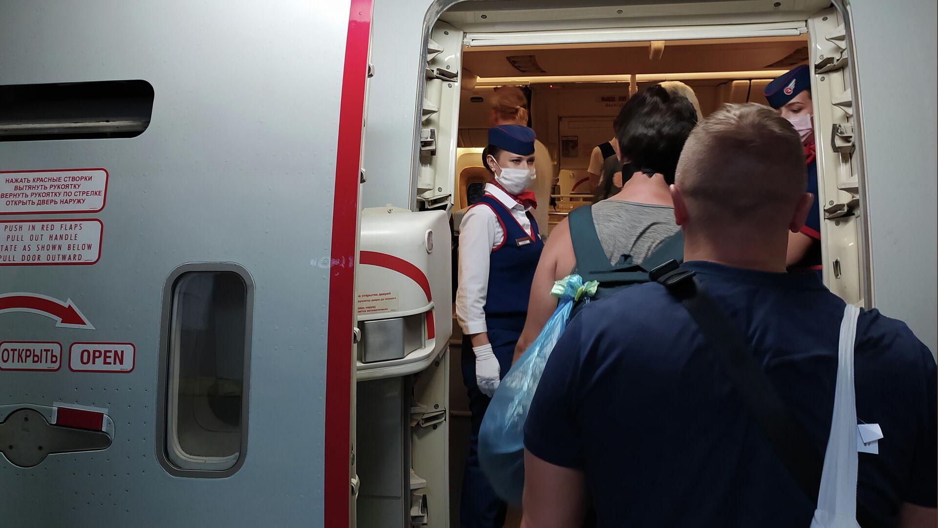Российские граждане поднимаются на борт самолета авиакомпании Россия в аэропорту Денпасара перед полетом в Москву - РИА Новости, 1920, 11.01.2021