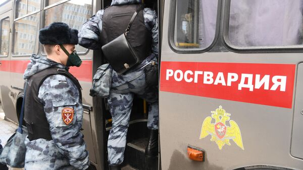 Сотрудники Росгвардии садятся в служебный автобус в Москве